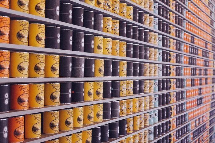 棚に並べられた缶詰