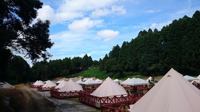 ザファームキャンプのコットンテントが並ぶサイトの様子