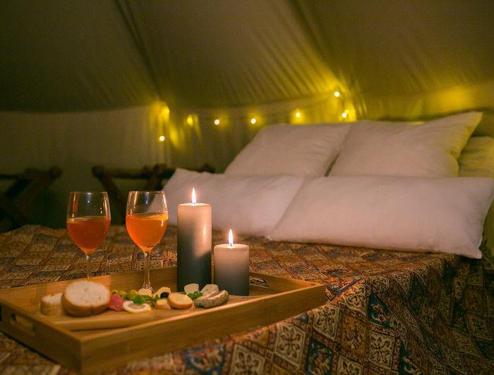 グランピングのベッドと食事の例