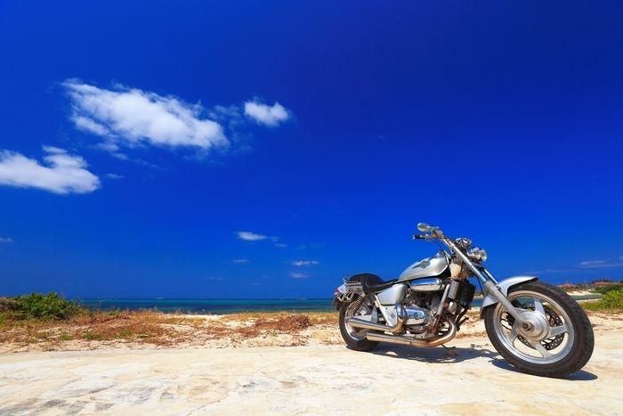 砂浜におかれたバイク
