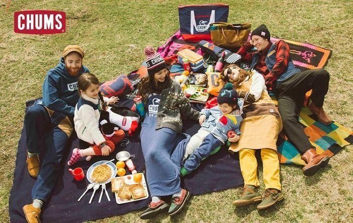 チャムスのグッズを使いピクニックをする家族