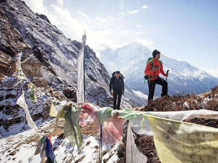 冬の険しい山を登る男性