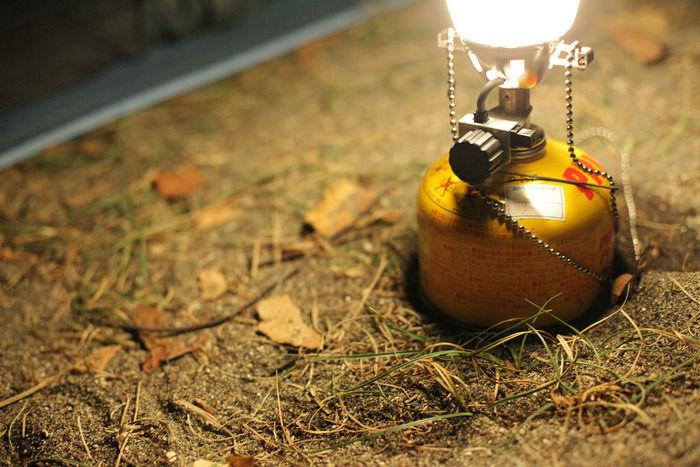 アウトドア缶で明かりが灯るランタン