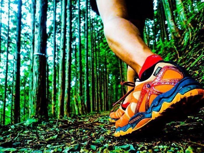 山道を歩く人のメレルをはいた足元