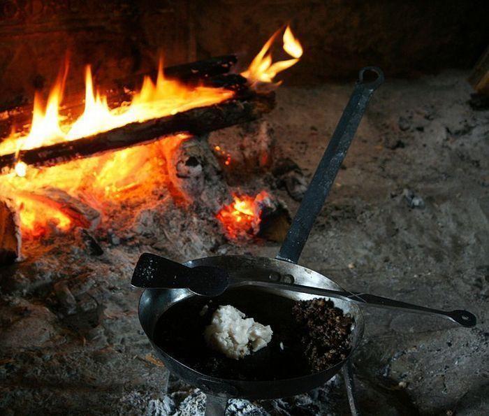 たき火の近くにおかれた焚き火フライパン