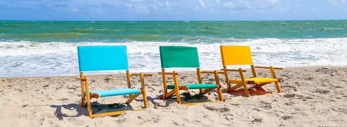 砂浜に並べられた3色のエニウェアチェア