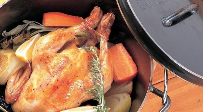 ダッチオーブンで調理された七面鳥