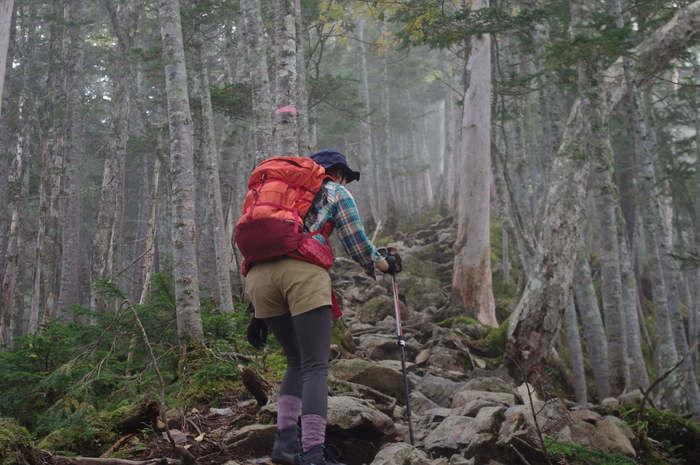 モンベルのリュックを背負って登山をする人