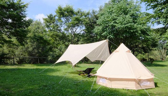 草原にあるコットン素材のようなテントやターブ
