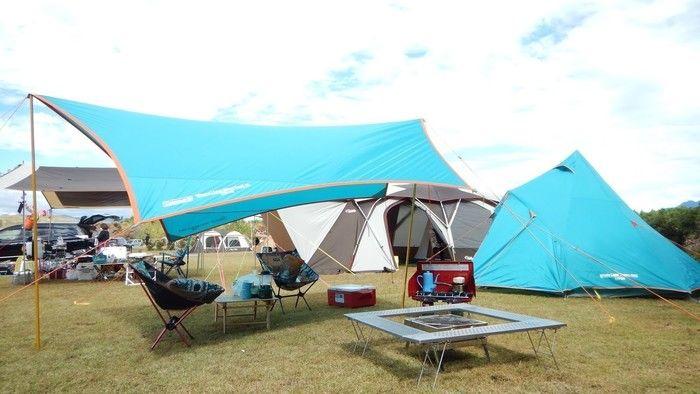 水色に統一されたテントサイト