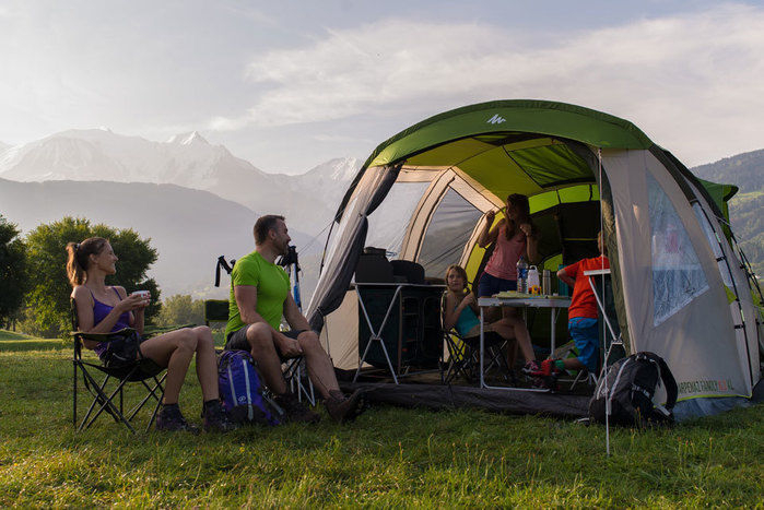 ケシュアのテントでキャンプを楽しむ家族
