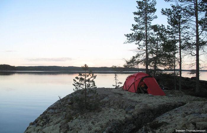 湖のほとりに張ったヒルバーグのテント