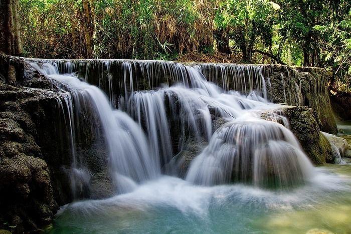 流れ落ちる綺麗な滝