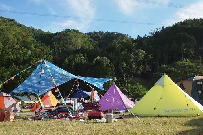 ドッペルギャンガーアウトドアのテントを張ったキャンプ場