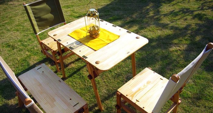 セットされたM.D.Camp Factoryのテーブルと椅子