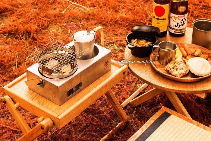 野燗炉とアウトドア料理が並んだ食卓