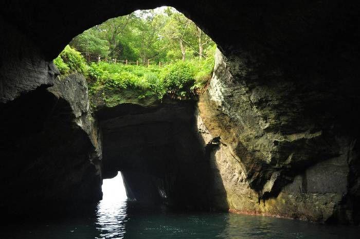 堂ヶ島・天窓洞の抜け落ちた天井から差し込む光