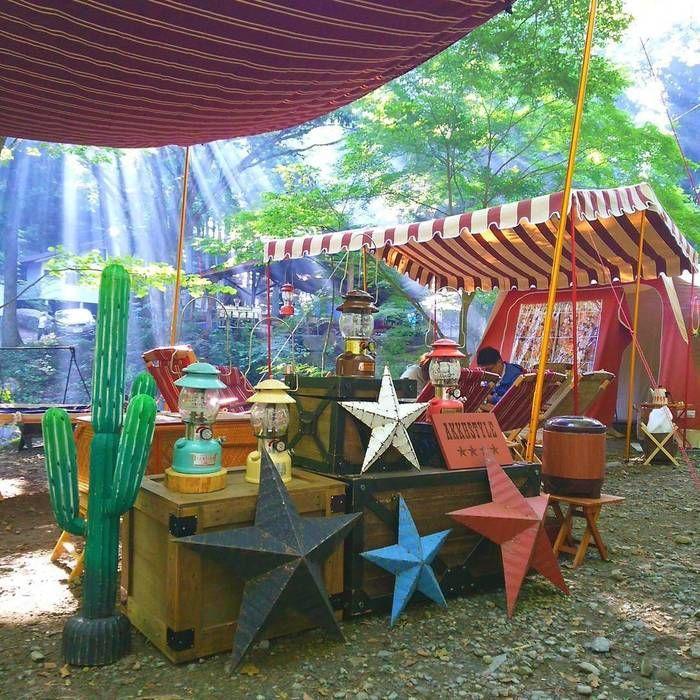 おしゃれな飾り付けをしたキャンプサイト