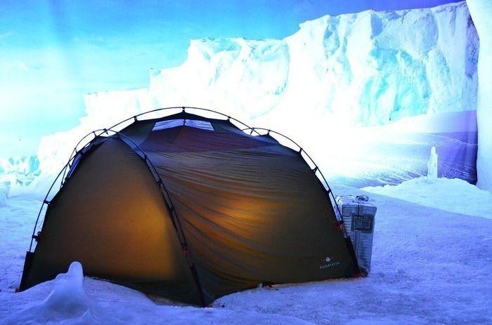雪上に設置されたテント
