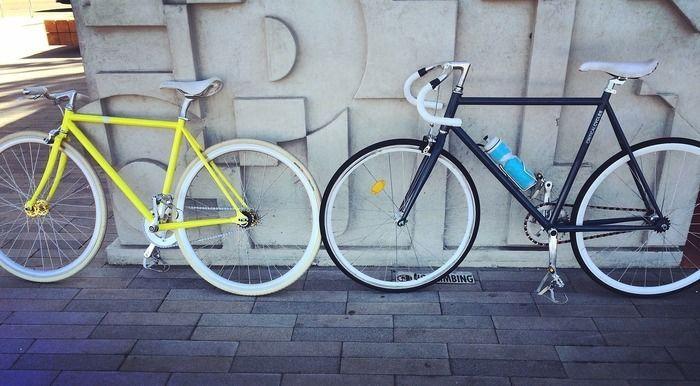 壁に立てかけられた自転車