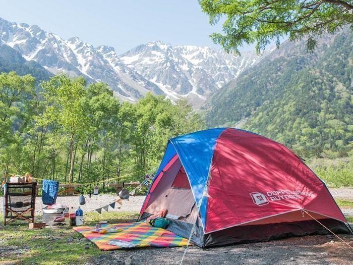 大自然を望むキャンプサイトに張られたドッペルギャンガーアウトドアのテント