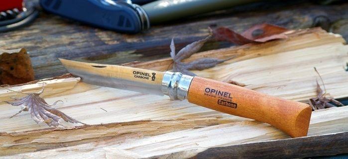 木の上に置かれたオピネルナイフ