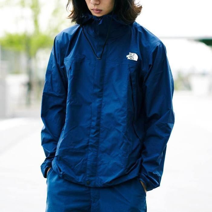 ノースフェイスのジャケットを着た男性
