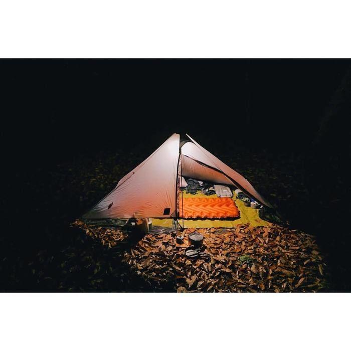 夜のソロキャンプのテント内から漏れる灯り