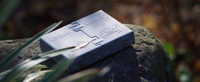 岩の上に置かれたエスビットのポケットストーブ