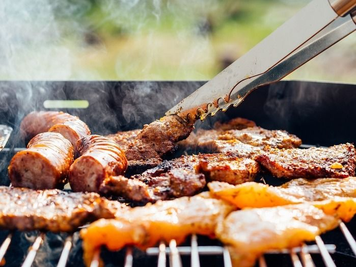 グリルの上で焼かれる肉とソーセージ