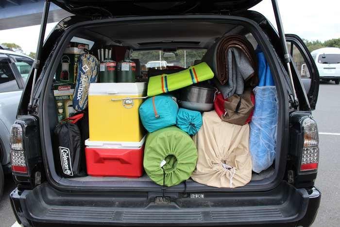 車のトランクに積み込まれた大量のキャンプギア