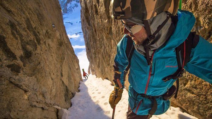パタゴニアを着て登山をする人