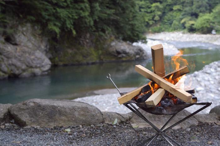 川辺で焚く焚火