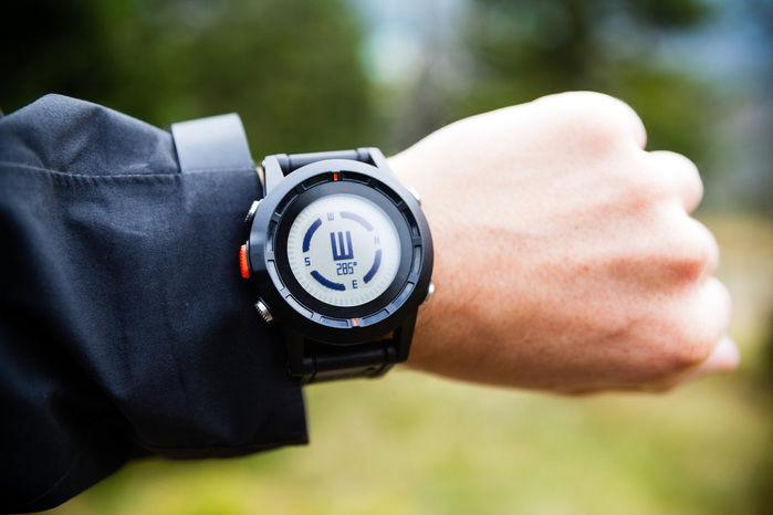 腕時計をつけている腕の写真