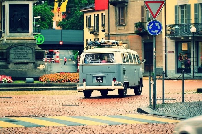 街中を走っているおしゃれな車