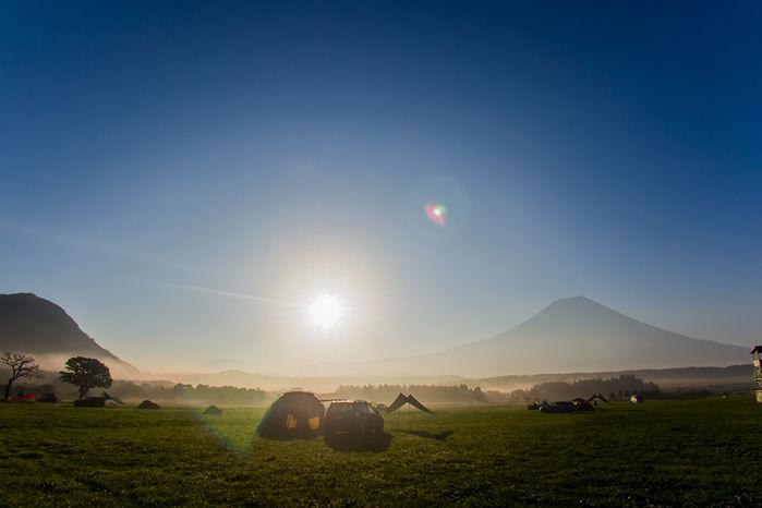 広大な自然でのキャンプの様子