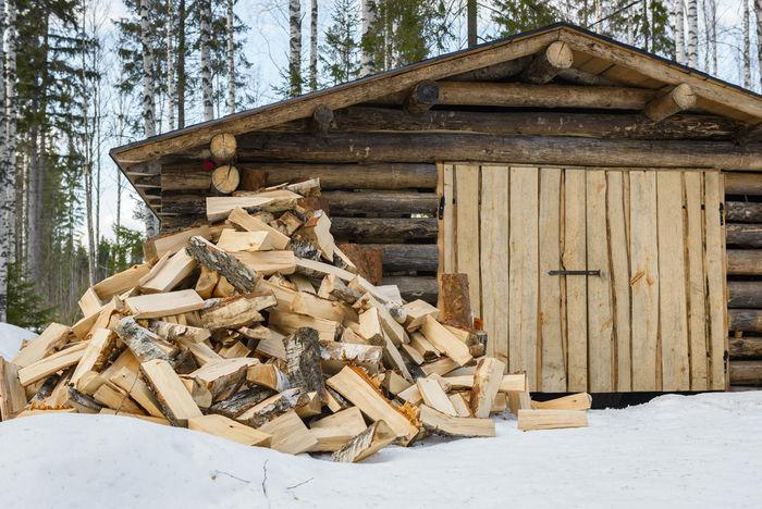 小屋の前に積まれた大量の薪