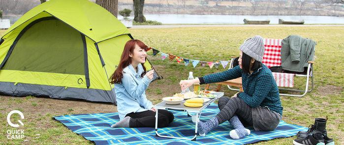 クイックキャンプのテントと、キャンプを楽しむ女性たち
