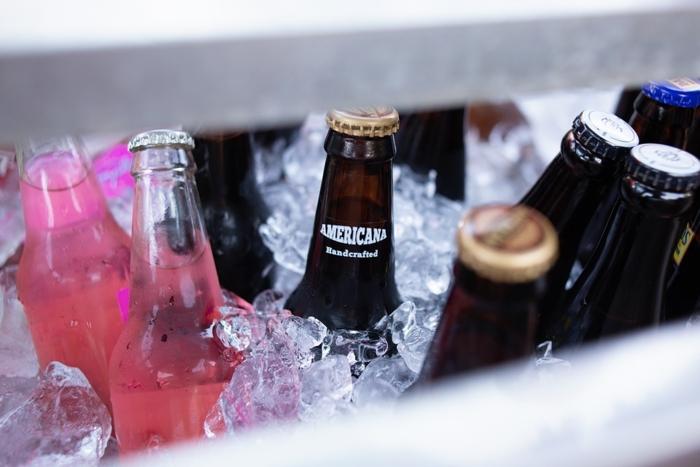 クーラーボックスの中の冷えた飲み物