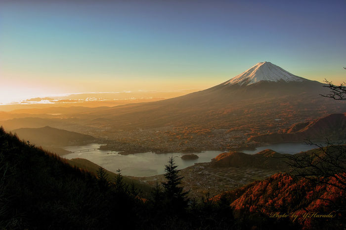 朝日を浴びてオレンジに輝く空と富士山
