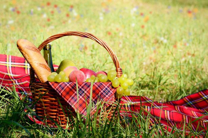 かごのバスケットに入った果物