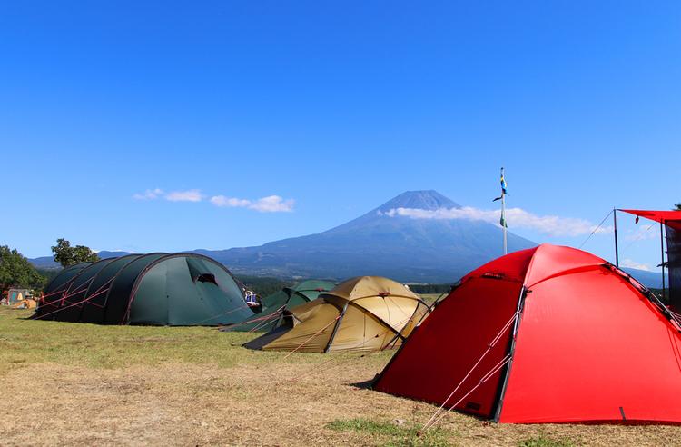 様々なテントが設置されている様子