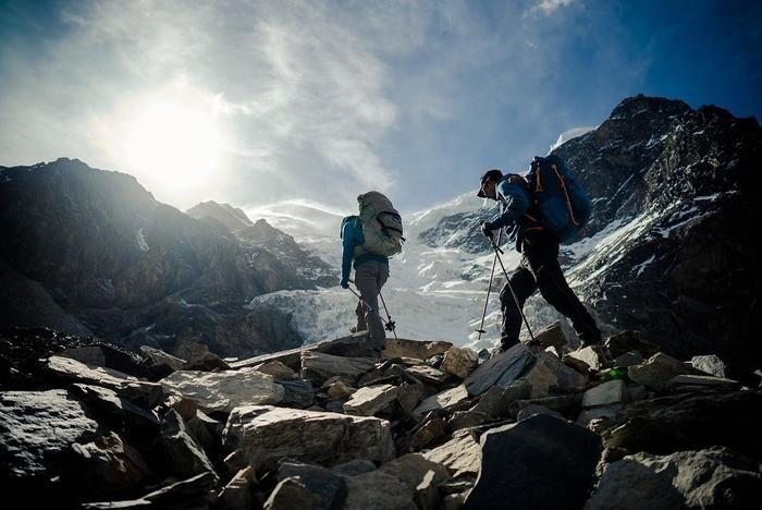 モンテインのジャケット着て登山する人