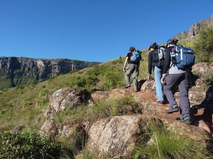 山を列になって登る3人の女性