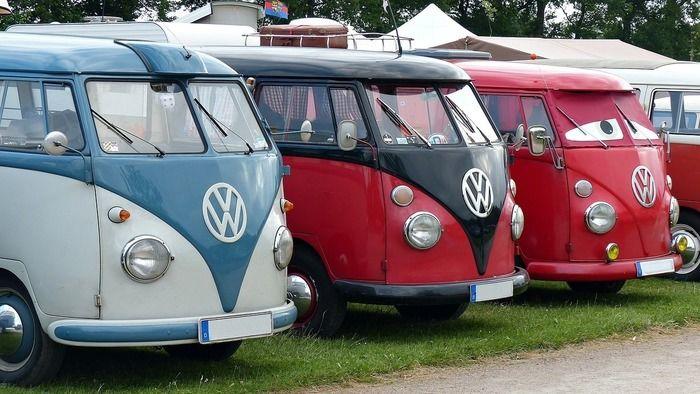 キャンプ場に並ぶワーゲンバス