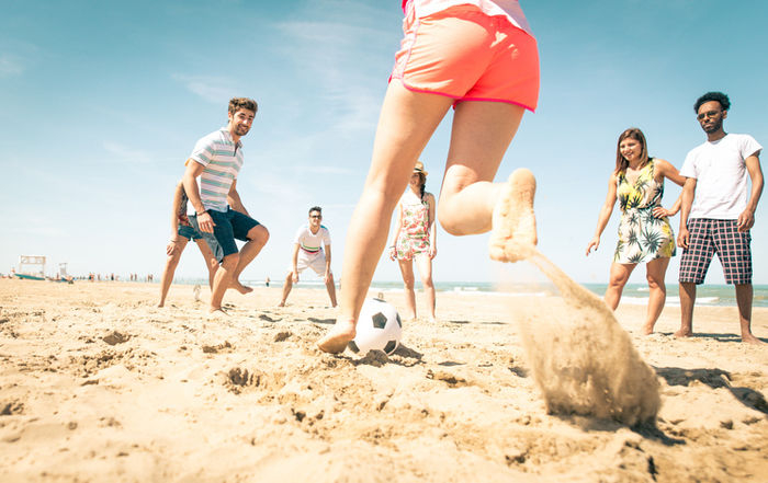 ビーチサッカーを楽しむ人々