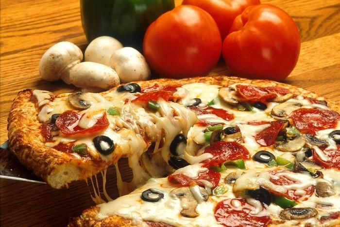 ピザの材料とピザをとり分ける様子