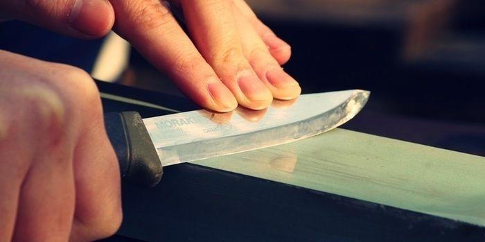 ナイフシャープニングでナイフを研ぐ様子