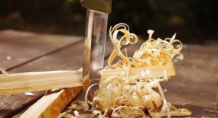 ナイフで削られた枝