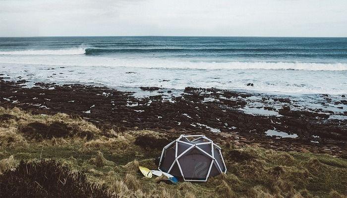 浜辺にたてられたヘイムプラネットのエアフレームテント